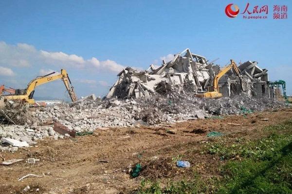 资料图片:崖州区城管局监督创意产业园内的海湾一号项目自行拆除占用图片