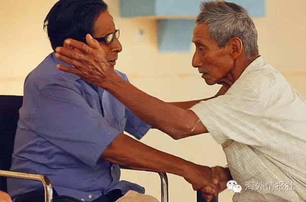 在想留存阿亚帕涅科语的共同希冀之下,两位老人达成了第一次和解.