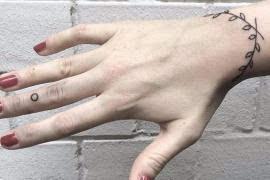 当然,手环纹身并不是纹一个图案那么简单,而是在手腕位置纹一圈图案