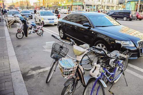 新城区光华街,商家用自行车占用公共停车位.