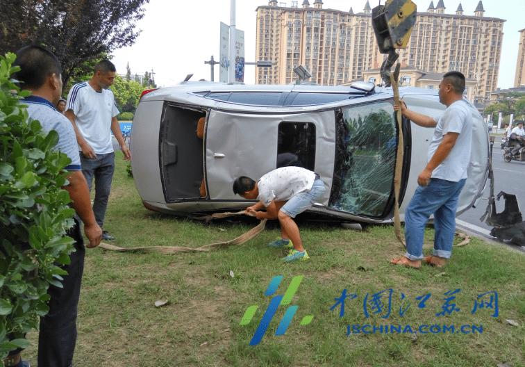 湖南一施工车侧翻已致12死19伤 肇事车辆车头严重损毁 挡风玻璃粉碎 施工车侧翻12死