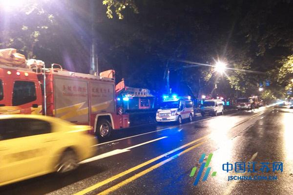 灾,约10几辆消防车到达救火.   落叶作画!   转弯过急一车的板材被