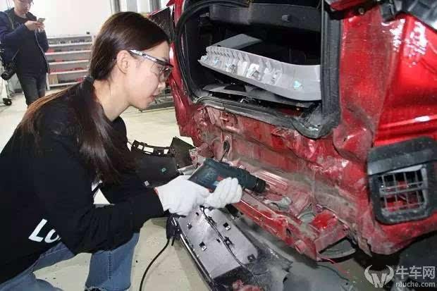 另外除了框架钢强度提高保障汽车安全品质外,现场专家为我们分析,瑞虎7的发动机、变速箱等部件分布科学,能够在碰撞中更好地保证完整性,拆解后受到强烈撞击的两车前部大体钢架结构均未发生严重变形,车身钢架能够有效吸收和分散撞击力量,另外现场专家也分析了瑞虎7的材料,指出瑞虎7在材料使用上相较于其他车系,还是采用安全性能更高的材料,日韩车系默默被黑了一把。