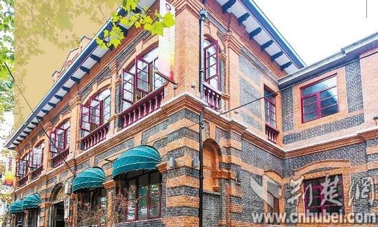 图为:南京路武汉美术馆东侧的历史建筑外墙彻底已清理干净.