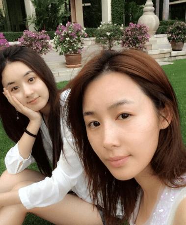 赵丽颖素颜旧照曝光 和好友李呈媛一起出游很开心