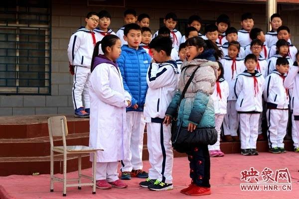 小学举行 安全课间,向快乐出发 主题升旗仪式