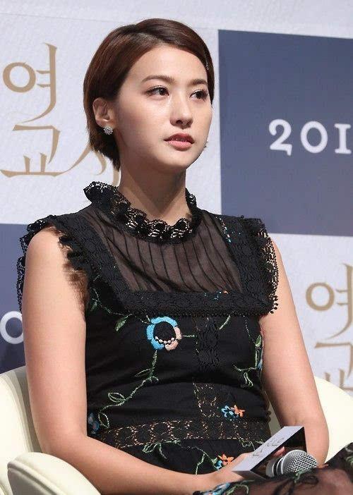 韩国电影 女教师 举行制作发布会 金荷娜红唇亮眼刘仁英黑裙婉约