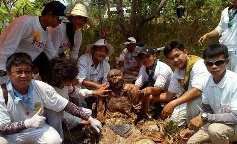 古墓挖出干尸:身体竟百年不腐(图)