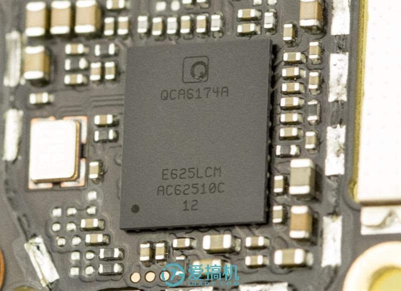 xplay6音频电路比较特殊,三颗运放芯片安排在了副板上,通过排线和主板