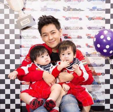 林志颖双胞胎儿子满周岁 穿法拉利车衣玩抓周萌爆图片