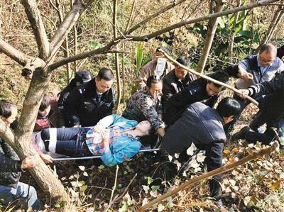 """陕西一车坠下30多米深山崖 警民搭人梯救4人图"""""""