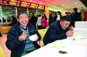 """江苏泗阳县政府食堂无门槛 农民工兄弟成常客"""""""