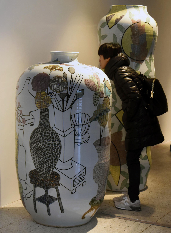 作品形式涵盖陶瓷器物,陶瓷雕塑,影像装置等.