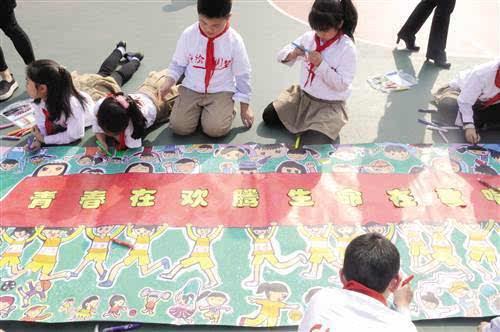 """""""童绘中国梦""""百米长卷绘画活动"""