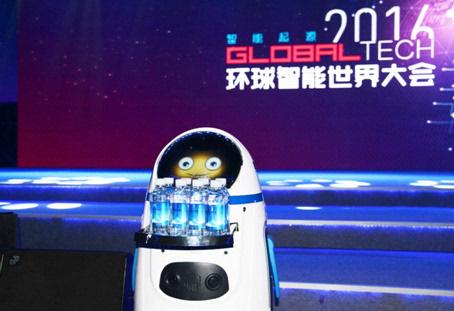 机器人小胖亮相环球智能世界大会 走进家庭成现实