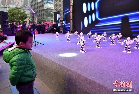 """机器人阿尔法舞动武昌跳起""""小苹果""""引围观"""