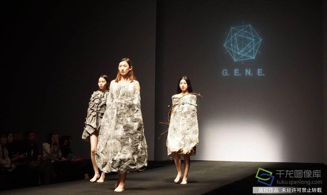 """北京服装学院上演""""基因""""服装秀图片"""