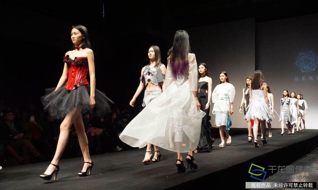 整场服装秀的作品从不同的角度诠释着本季的主题,大胆地在剪裁,面料上