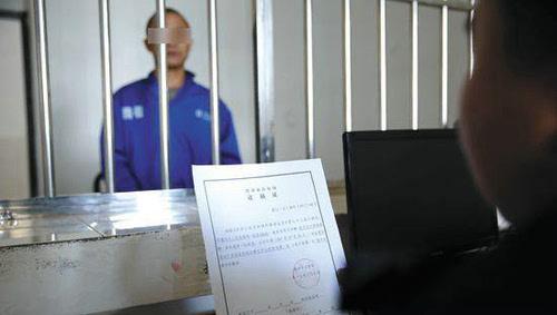 奥迪 支付/民警到看守所讯问室向熊某宣布执行逮捕决定