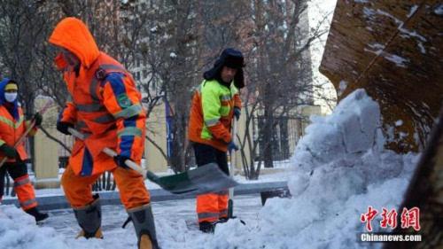 :环卫工人正在扫雪.中新社记者 于琨 摄-环卫工人频收 奇葩福利 图片