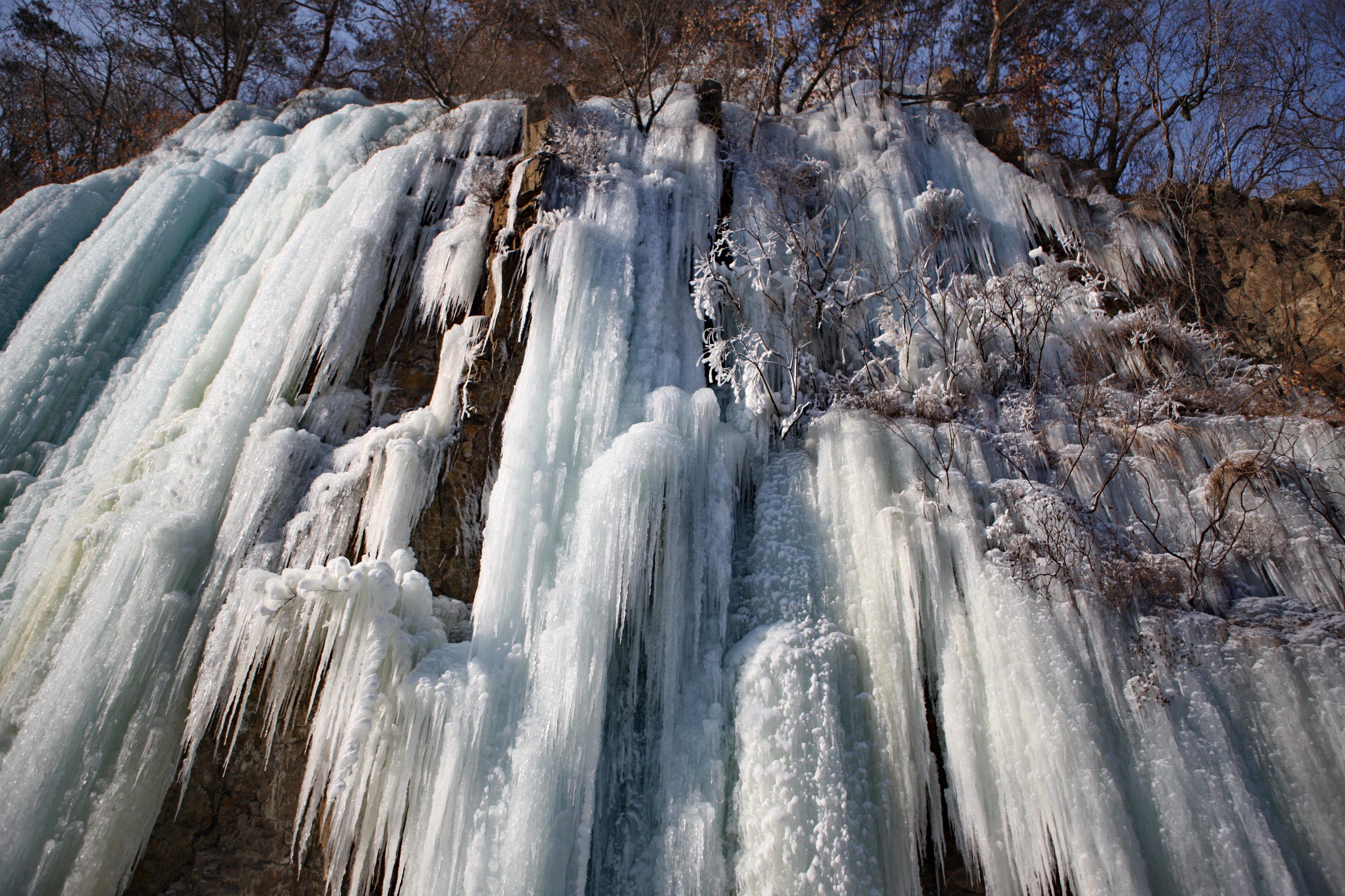 美丽冰瀑引游人