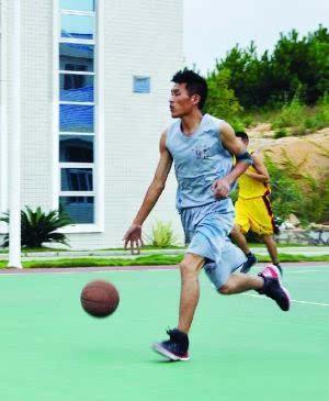 """陆航 王晓冬/飞行员王晓冬酷爱打篮球,有个外号叫""""黑曼巴""""资料图"""