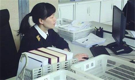 在青岛海关通关一线工作18年的王杨蕾 已习惯春节期间加班加点