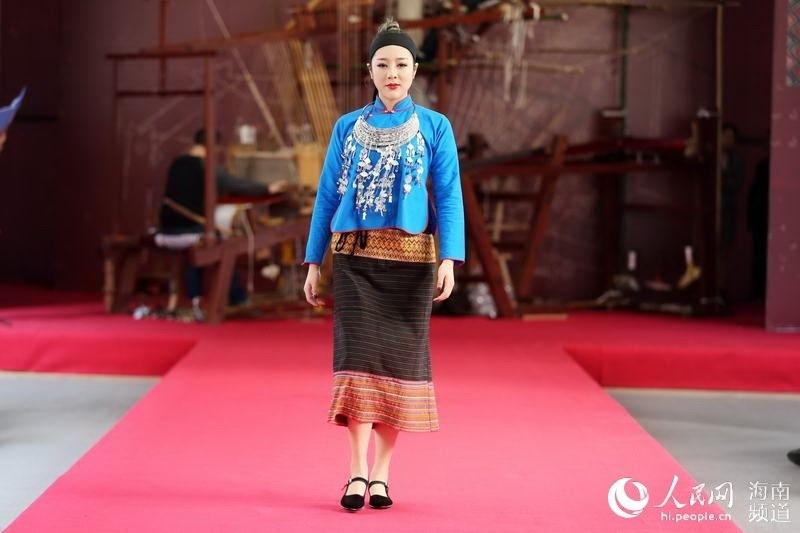 新春走基层:海南市民看黎服秀感受传统文化