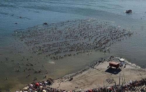 阿根廷近2000人湖上集体漂浮刷新世界纪录(图)
