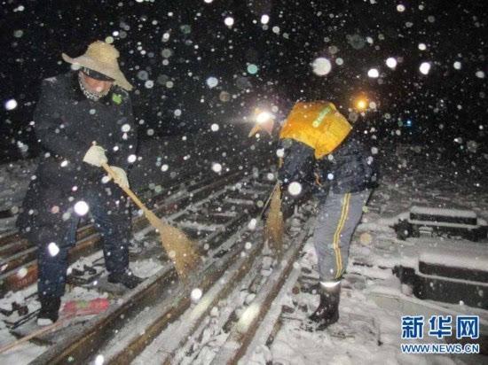 徐州昨夜普降中雪铁路局职工奋战扫雪
