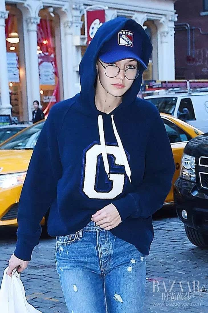 """呦呦呦,杨幂、Gigi用连帽衫加棒球帽好时兴,开春我要变酷酷""""少女风""""!"""