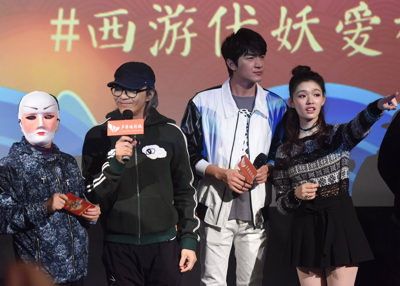 2月4日,周星驰(左二),林更新(右二),林允(右一)在杭州一家影院与影迷图片