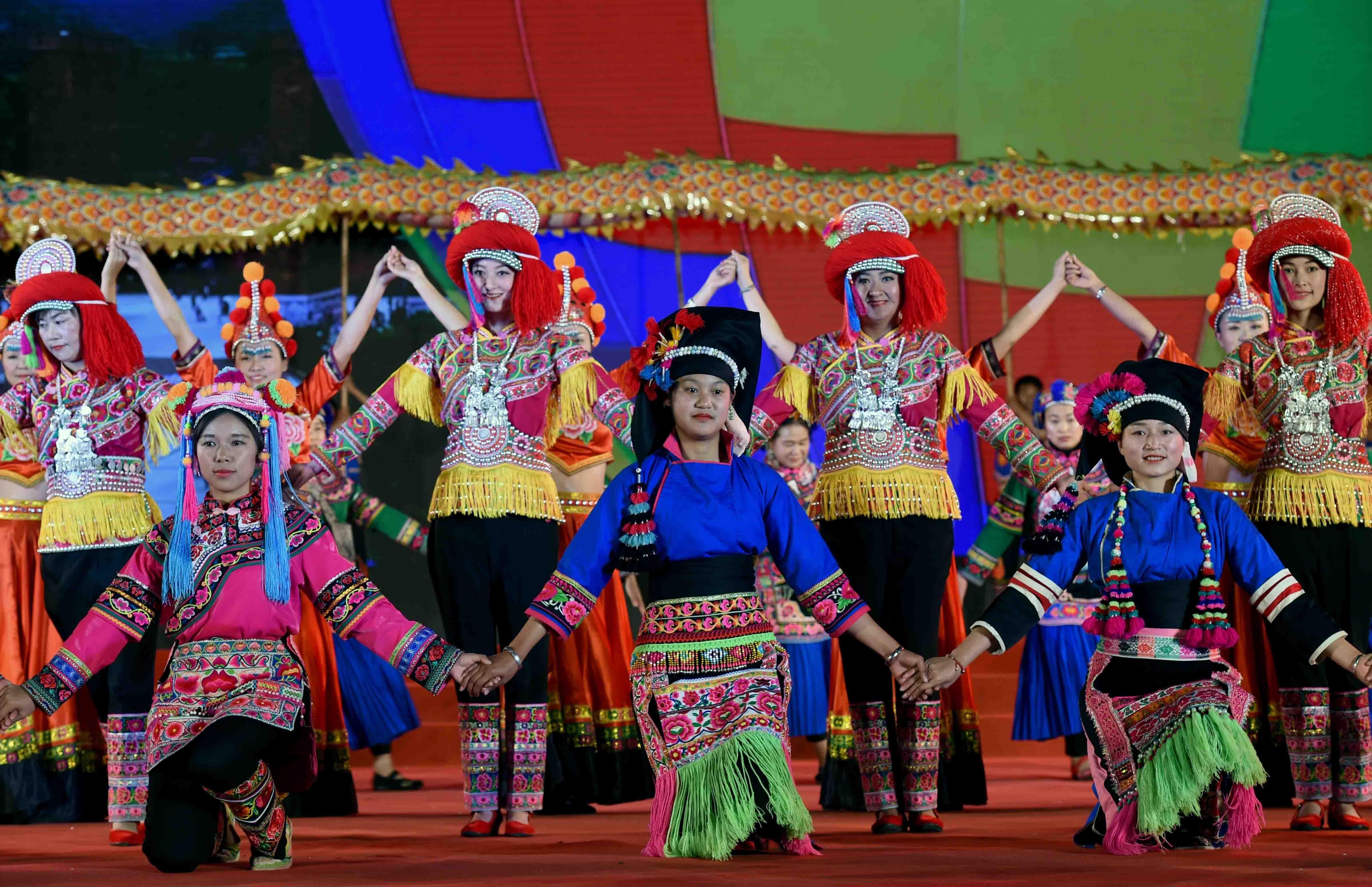 彝族�y�j��f�/&��9�c9��_2月11日,来自楚雄彝族自治州楚雄市的表演队在展示彝族服饰.