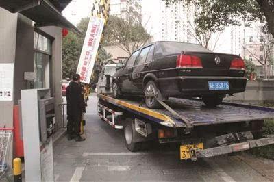 法院拖老赖的车,却被物业拦住了