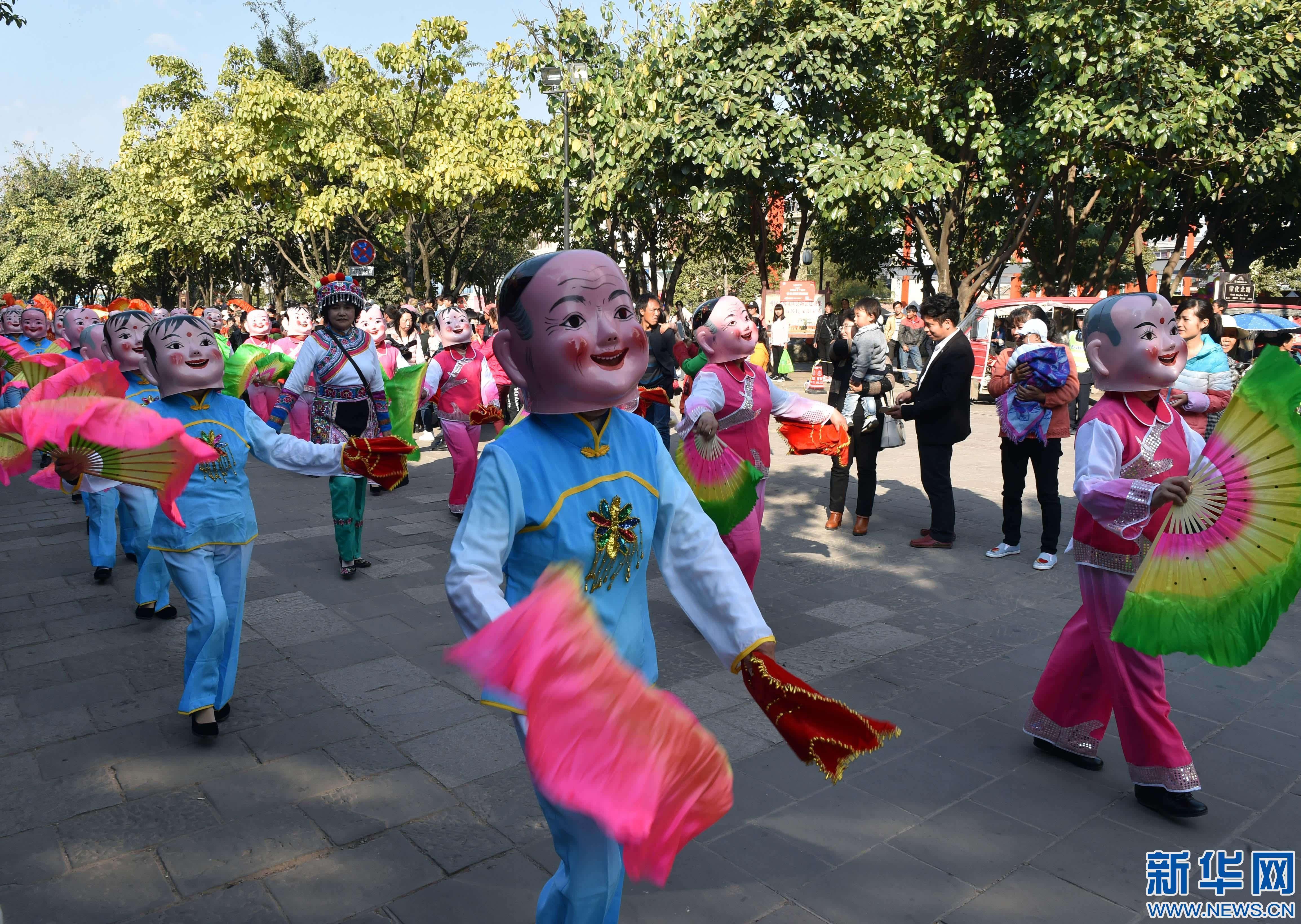 彝族摸扔节现场视频_中华彝族祭祖节在云南巍山开幕