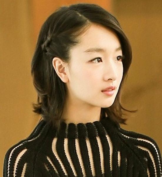 短发也很适合不对称的编发,偏分后将较少的一侧头发抓到耳后编一个小