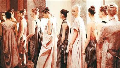 中国设计师王汁自创品牌亮相巴黎时装周受好评