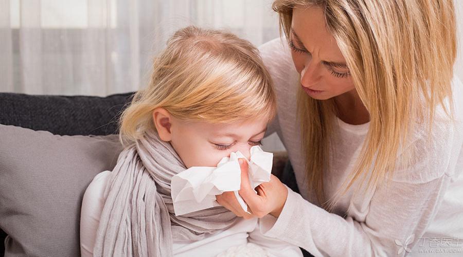 打喷嚏,捂住口鼻比较好? 打喷嚏的时候挡着点,是为他人着想。但如果把鼻子捂得太紧,就有可能让自己受伤。 前面说过,口鼻不通畅会导致鼻腔压力升高,从而引起中耳炎甚至是鼓膜穿孔。 捂住口鼻打喷嚏也有这个风险,所以千万别堵死了 打喷嚏时用手帕或纸巾轻轻捂住口鼻,或者用臂弯稍稍挡住,都能让通气更顺畅,同时减少飞沫喷出,对自己对别人都好。