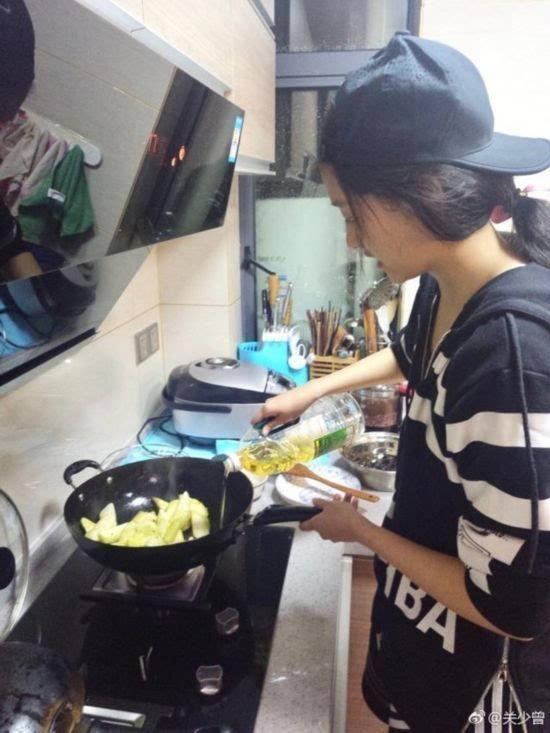 关晓彤为爹下厨房被偷拍 炒菜顺序都是错的