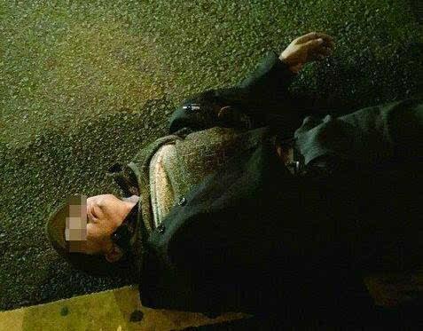 悲痛!翔安隧道收费站口突发车祸,女司机跪在死者尸体前哭喊对不起.