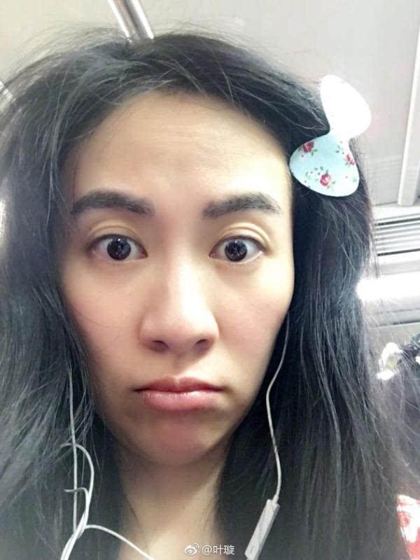 """""""照片中,叶璇戴着耳塞,素颜的她一脸无辜的对着镜头嘟嘴,一头乱糟糟的"""