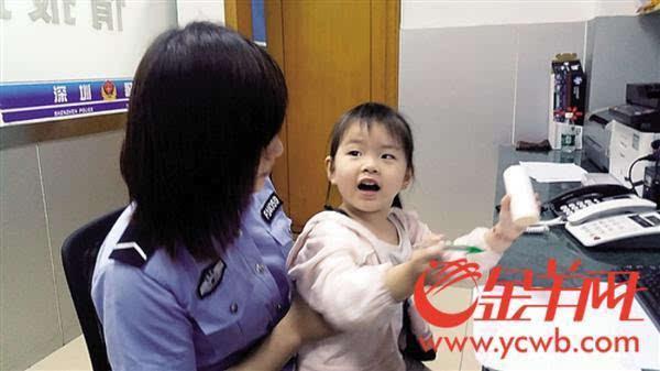 儿童画女警察-金羊网讯 记者宋王群摄影报道:两天前的晚上9点多,两名男子牵着一