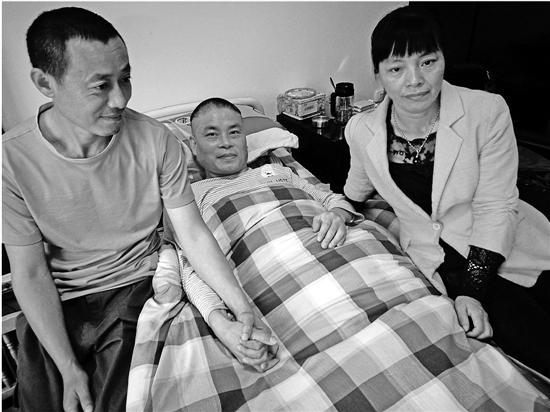 女子带瘫痪前夫出嫁 12年间两任丈夫亲如兄弟