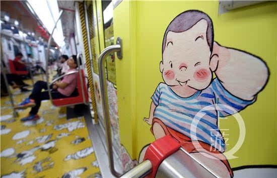 动漫列车上一个可爱的卡通男孩(4月27日摄).-杭州有班地铁穿上