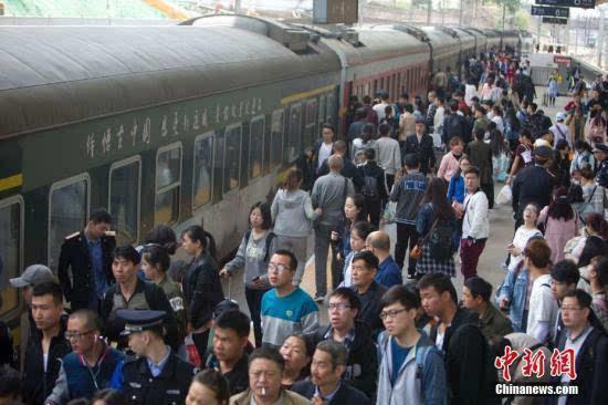 中国铁路迎来五一假期客流最高峰