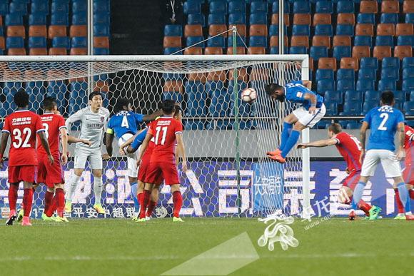 萨利赫头球攻入重庆当代力帆大门,重庆当代力帆0:1落后河南建业队