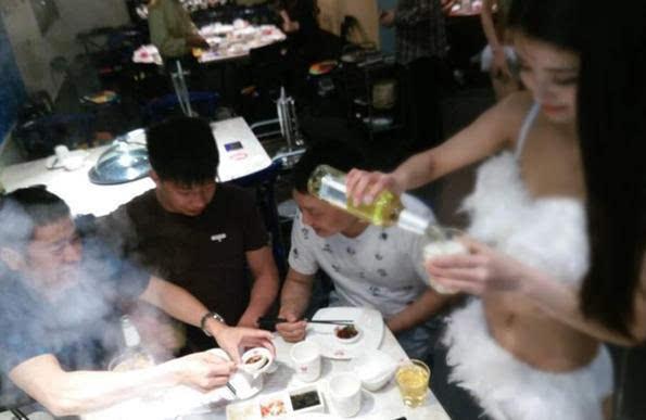 南京一餐厅聘比基尼美女为顾客端菜,食客反映不一