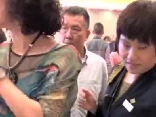 广州酒家回应员工偷酒 服务员职业素养待提高 - 点击图片进入下一页