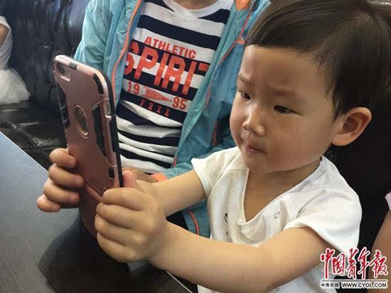 谁制造小近视眼? 有家长为孩子在iPad下载动画片
