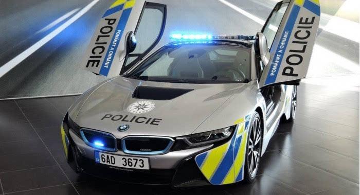 豪车成警方标配了?捷克警察用宝马i8公路巡逻